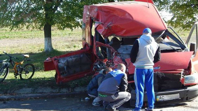 Внаслідок зіткнення буса та «КамАЗа» восьмеро осіб у важкому стані потрапили до лікарні