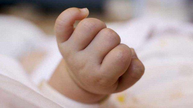 На Тернопільщині мати, намагаючись дотриматися традиції, зламала малюкові руку і ногу