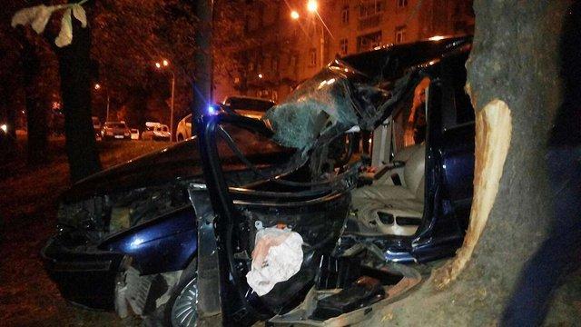 У Львові BMW на швидкості влетіло у дерево