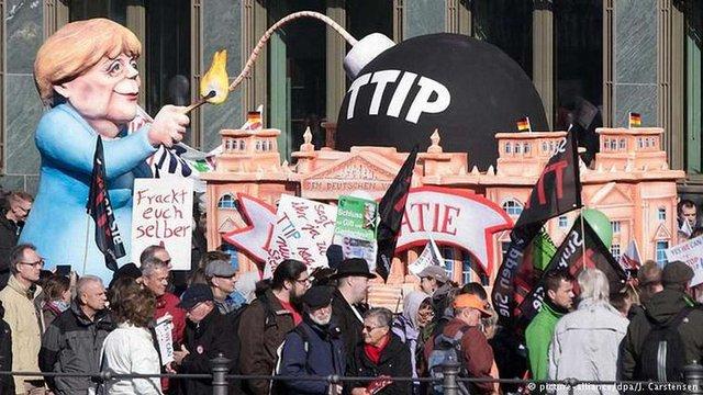У Берліні десятки тисяч людей протестують проти зони вільної торгівлі ЄС-США