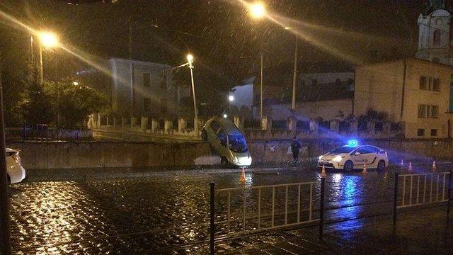 У Львові п'яний водій за кермом Daewoo Matiz злетів з дороги