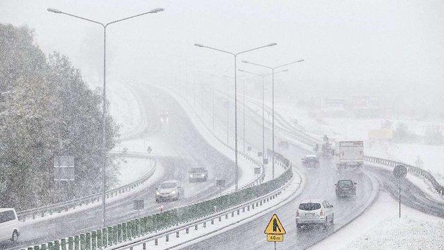 В Європі осінні снігопади заблокували магістралі і призвели до перших жертв
