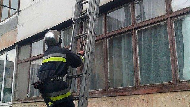 Рятувальники у Стрию визволяли трьох дітей, які зачинилися самі у квартирі