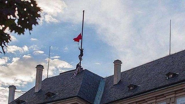 Спецслужбовців Чехії звільнили за червоні труси над Празьким Градом
