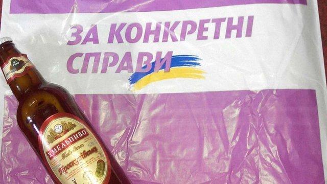 У Хмельницькому партія екс-регіонала дарувала виборцям пиво