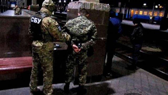 На Харківщині СБУ затримала прикордонників, які переправляли нелегалів в Україну