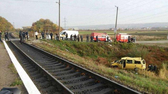 На Івано-Франківщині потяг збив автомобіль на переїзді