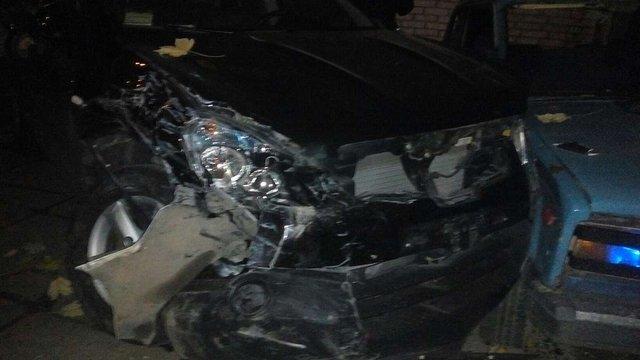 У Львові водій за кермом мікроавтобуса розбив припарковані автомобілі і тікав від переслідування