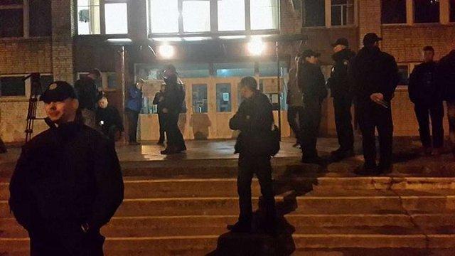 У Львові члени ДВК не пускали кандидата у депутати на виборчу дільницю