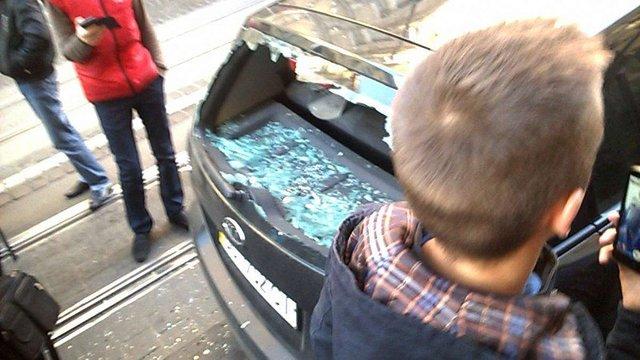 У Львові пасажир трамвая розбив скло у припаркованому на колії автомобілі