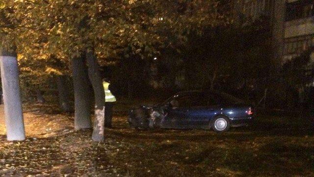 У Львові п'яний водій Mercedes врізався у дерево