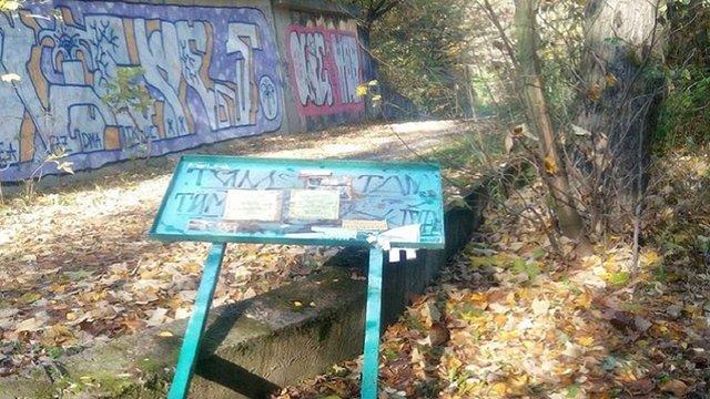 У львівському парку хулігани понищили лавки, сміттєві урни та ліхтарі