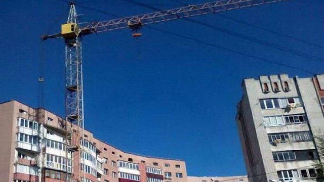 На будівництві в житловому районі Львова кілька років працює аварійний кран