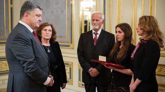 Порошенко вручив батькам Скрябіна орден  «За заслуги» І ступеня