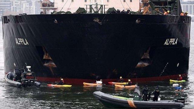 Активісти Greenpeace заблокували російському кораблю вхід до порту Гельсінкі
