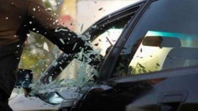 За розбите скло та крадіжку з автомобіля львів'янина засудили на 4 роки
