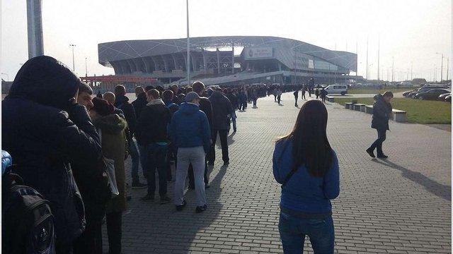 Львів'яни стоять у багатогодинних чергах за квитками на матч Україна - Словенія
