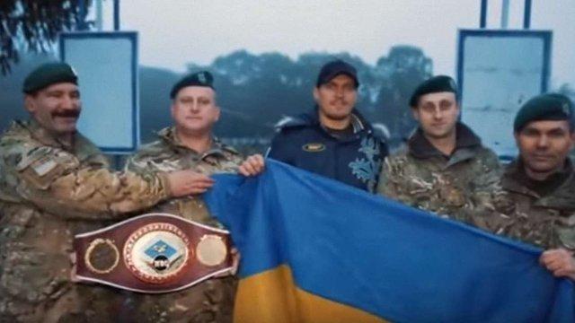 Боксер Олександр Усик провів тренування із прикордонниками у Великих Мостах