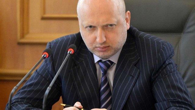 Турчинов погрожує зупинити відведення озброєння через провокації бойовиків