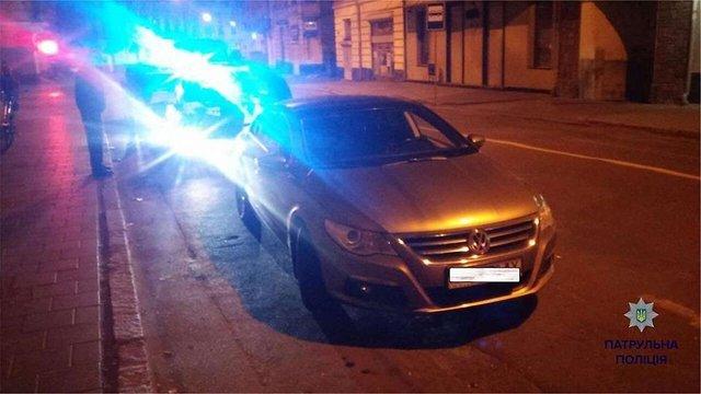 У Львові п'яний водій викликав п'яного таксиста, аби той відвіз його додому