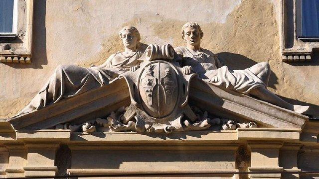 На фасаді будинку на вул. Франка у Львові відреставрували скульптуру