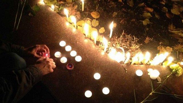 До посольства Франції у Києві несуть квіти і свічки