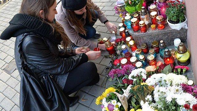 Львів'яни приносять квіти до консульського агентства Франції