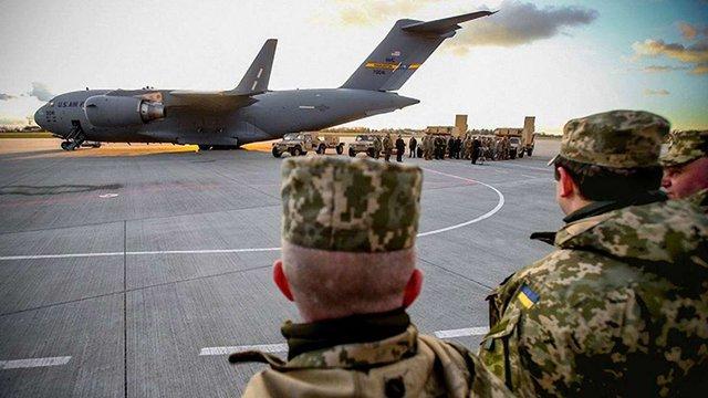 Порошенко у Львові передав військовим американські радари