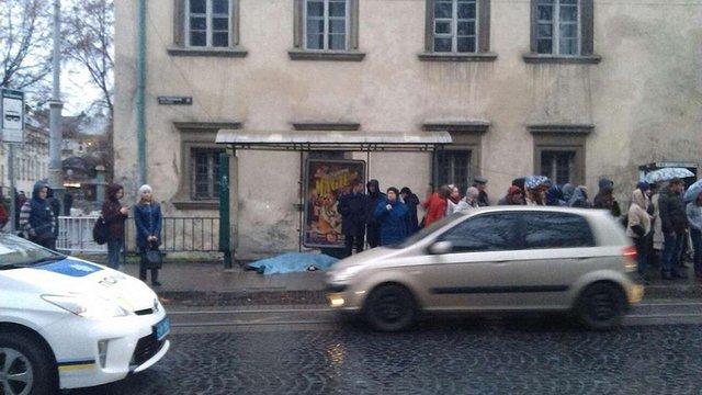 У Львові на зупинці громадського транспорту помер літній чоловік