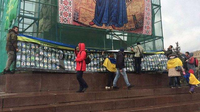 У Харкові на місці пам'ятника Леніну вивісили банер зі світлинами загиблих бійців АТО
