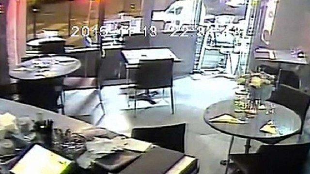 У мережі з'явилося відео розстрілу відвідувачів ресторану в Парижі