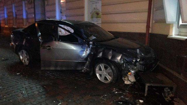 У Львові водій, втікаючи від поліції, влетів у будинок