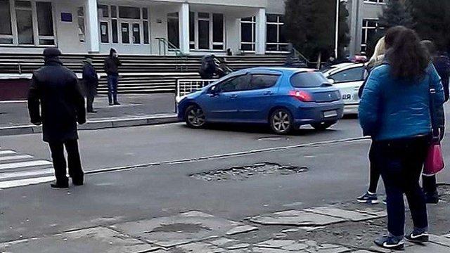 У Львові водій-порушник ледь не збив працівника поліції та втік з місця