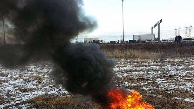 У Петербурзі дальнобійники протестують, палячи шини