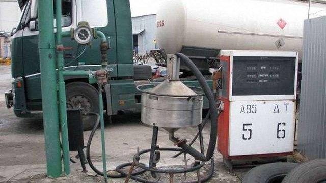 У Києві викрили виробництво підробленого пального