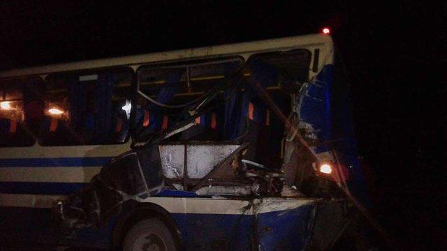 На Прикарпатті лісовоз протаранив автобус із пасажирами