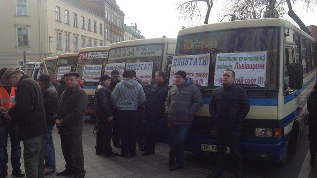Львівську ОДА пікетували перевізники, мисливці і працівники психлікарні