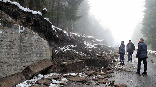 На Синевирському перевалі на дорогу впала підпірна стінка