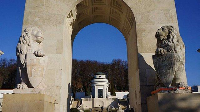 На цвинтарі Орлят у Львові встановили історичні скульптури левів