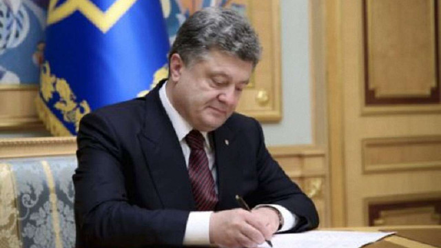 Порошенко звільнив 3 губернаторів та 15 голів райдержадміністрацій