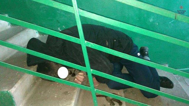 У Львові тіло чоловіка пролежало в під'їзді житлового будинку майже добу