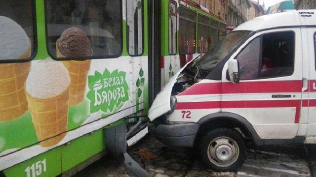 У центрі Львова «швидка» зіткнулась із трамваєм