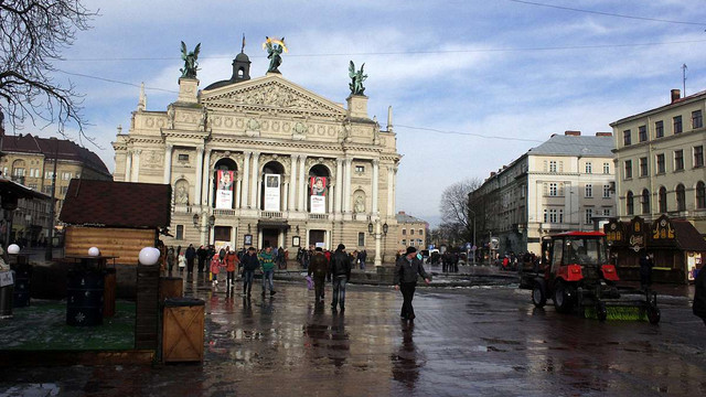 З площі перед Львівською оперою прибрали незаконні атракціони