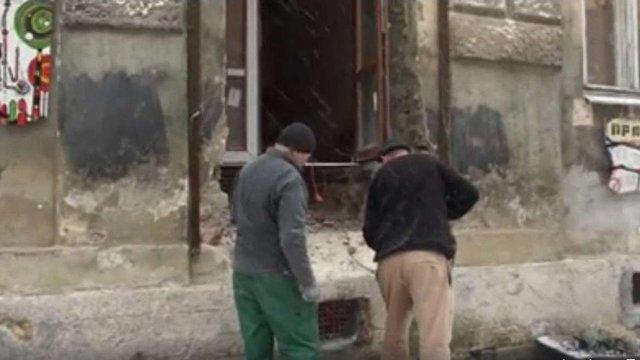 У фасаді будинку на вулиці Вірменській незаконно прорубують двері