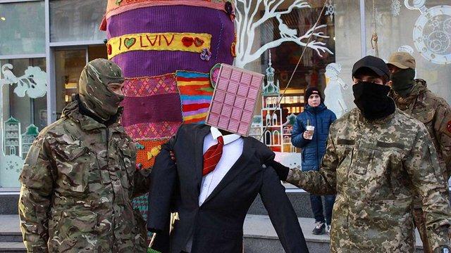 Активісти правих організацій облили кров'ю магазин Roshen у центрі Львова