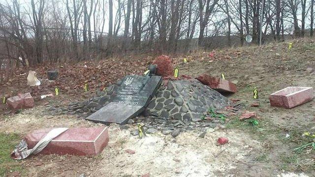 Поліція встановила, що пам'ятну стелу Сашку Білому на Рівненщині підірвали