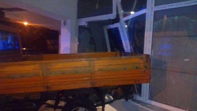 У Львові автомобіль влетів у приміщення банку