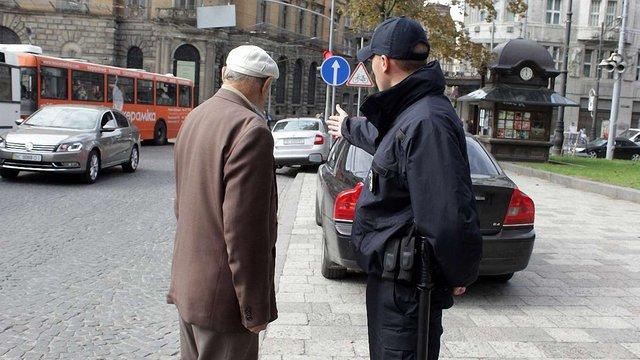 Львівські поліціянти оштрафували пішохода за нехтування їхніх зауважень