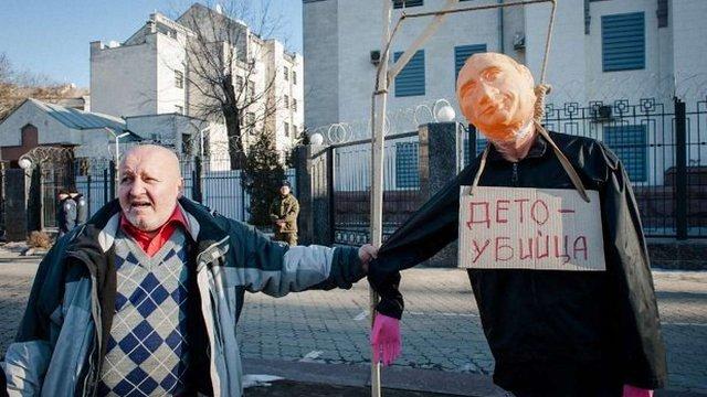 Під посольством РФ у Києві активісти повісили опудало Путіна на шибеницю