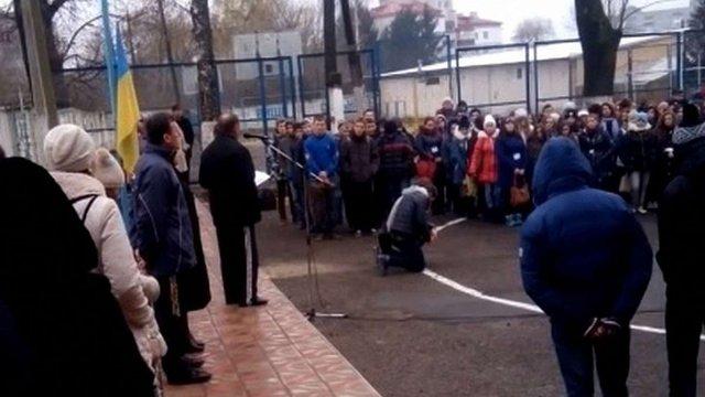 У Тернополі звільнили директора училища, який ставив на коліна учнів за куріння